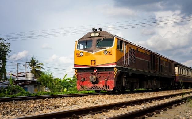 Trenes en la longitud de la vía férrea