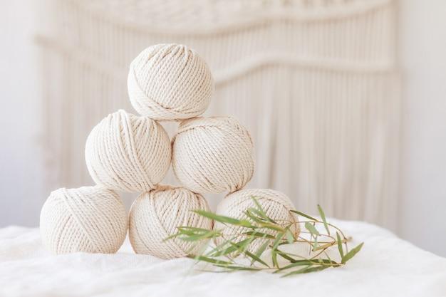 Trenzado artesanal de macramé e hilos de algodón. imagen buena para pancartas y publicidad de macramé y artesanías. copia espacio