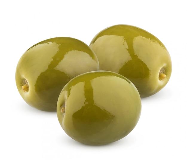 Tres aceitunas verdes aisladas en blanco