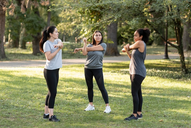 Tres amigas haciendo ejercicio en el parque