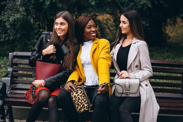 Tres amigas multiculturales en la calle.
