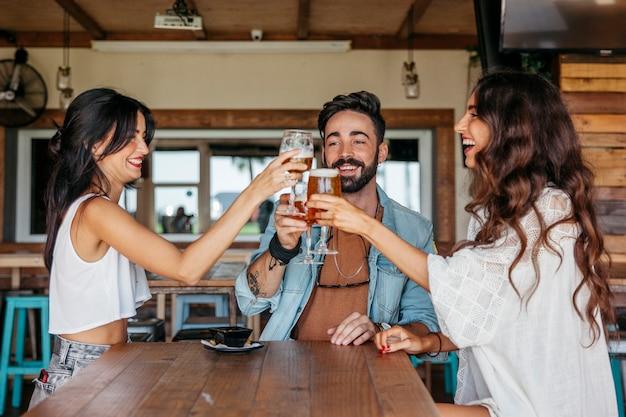 Tres amigos brindando
