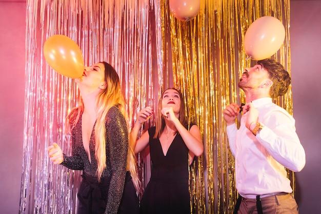 Tres amigos celebrando 2018