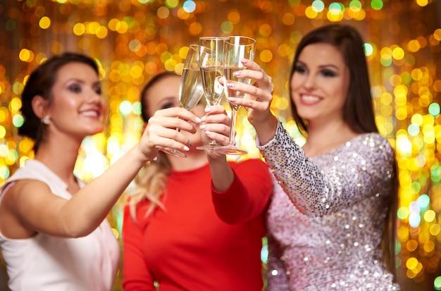 Tres amigos celebrando el año nuevo