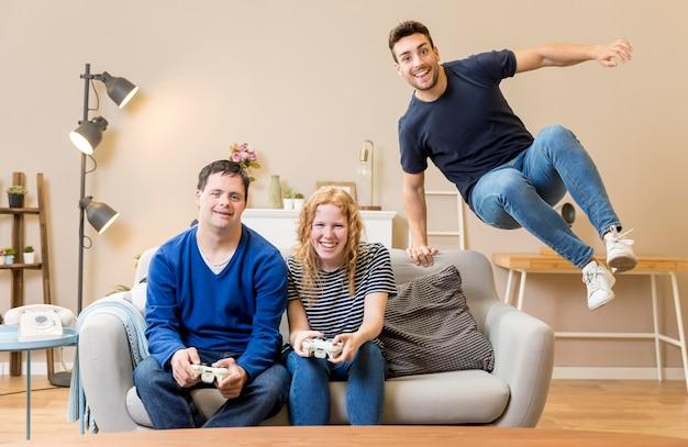 Tres amigos jugando videojuegos