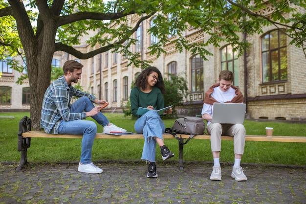 Tres amigos pasando tiempo en el parque y hablando.