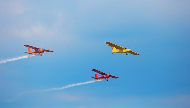 Tres aviones brillantes en el cielo.
