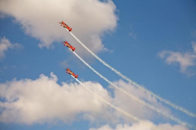 Tres aviones en formación en exhibición aérea