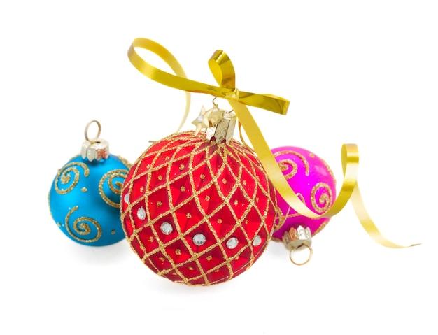 Tres bolas de navidad aisladas