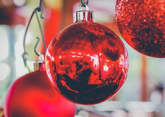 Tres bolas rojas de navidad
