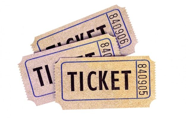 Tres boletos viejos de la rifa aislados en un fondo blanco.