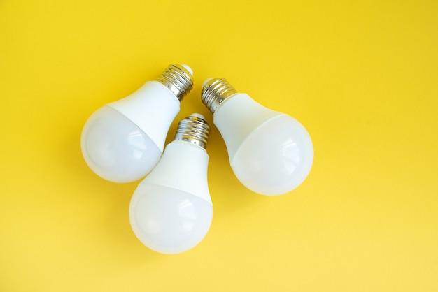 Tres bombillas led. concepto de ahorro de energía.