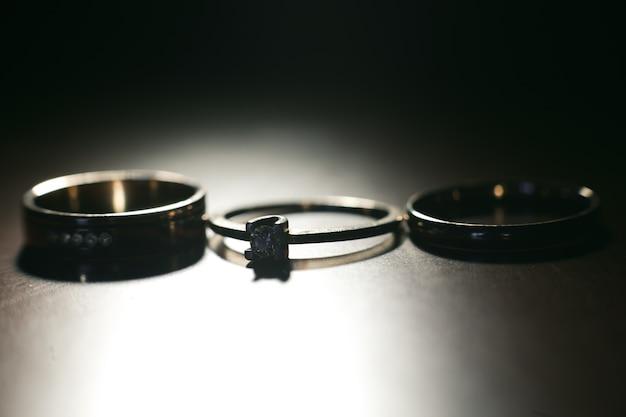 Tres bonitos anillos de boda. de cerca