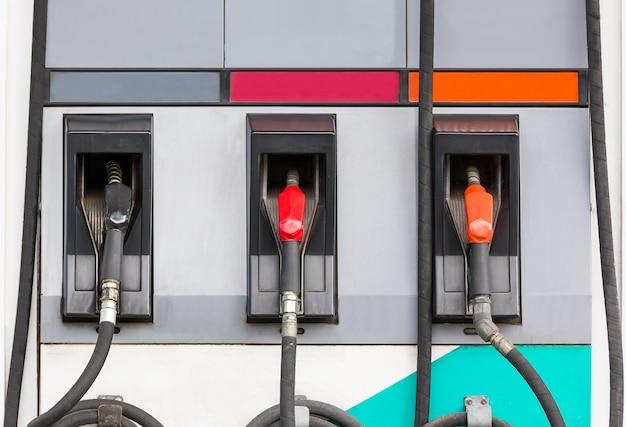 Tres boquillas de repostaje en la gasolinera