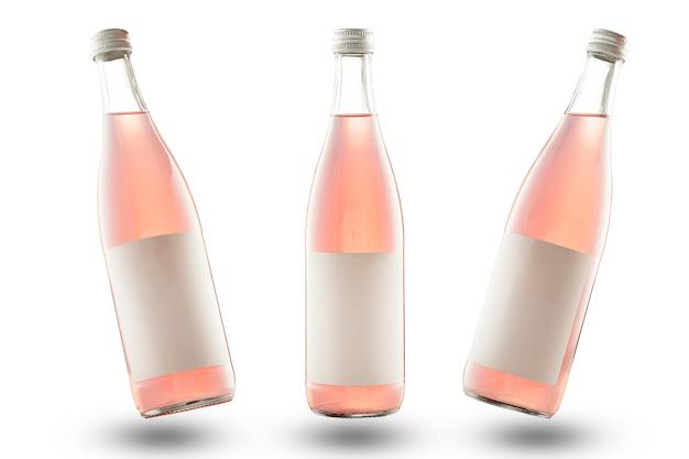 Tres botellas de color rosa con etiquetas vacías, maqueta. refresco o limonada, aislar