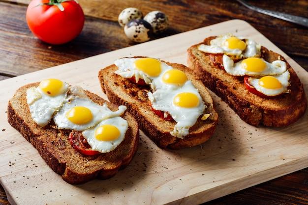 Tres bruschettas con huevos de codorniz fritos