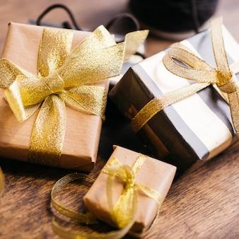 Tres cajas de regalo con cintas en mesa