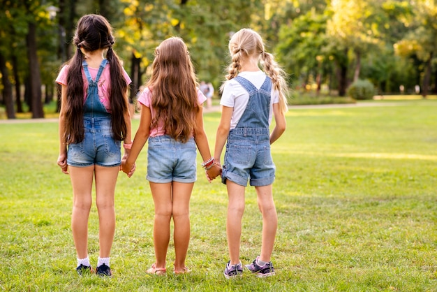 Tres chicas caminando lejos backview