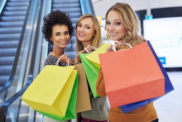 Tres chicas en el centro comercial