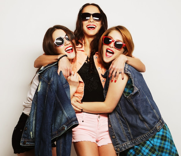 Tres chicas con estilo hipster sexy mejores amigos