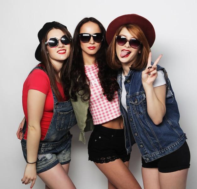 Tres chicas con estilo hipster sexy mejores amigos.