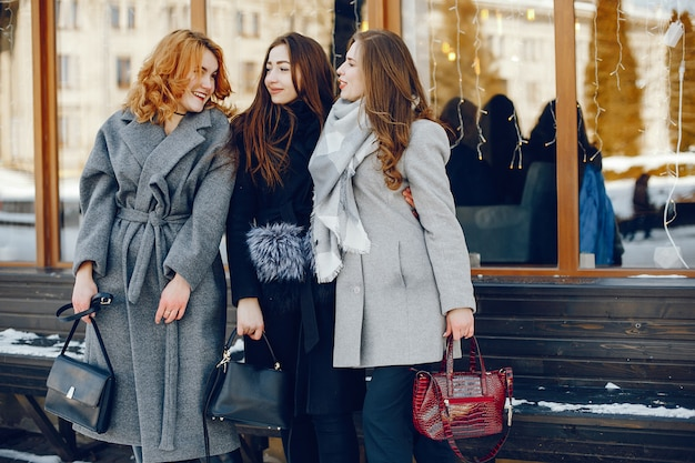 Tres chicas guapas en una ciudad de invierno