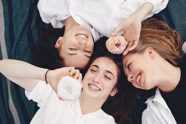 Tres chicas guapas en un parque de verano