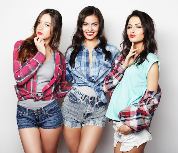 Tres chicas sonriendo y divirtiéndose.