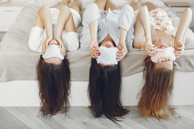 Tres chicas tienen fiesta de pijamas en casa