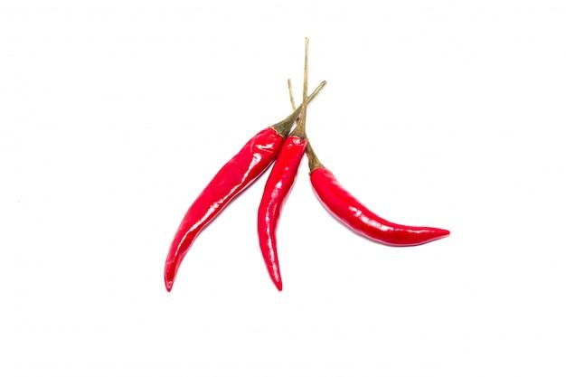 Tres chiles rojos, aislado, un grupo de pimientos picantes