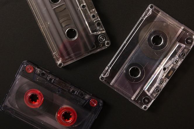 Tres cintas de cassette de audio sobre fondo negro