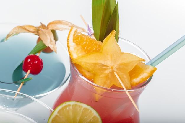 Tres cócteles alcohólicos diferentes.