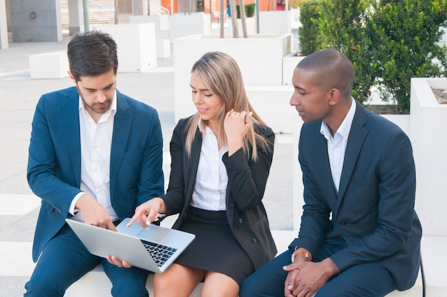 Tres colegas de negocios viendo la presentación