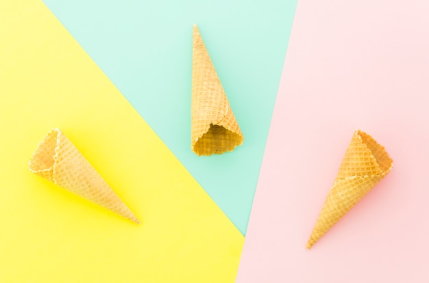 Tres conos de gofres vacíos en la mesa