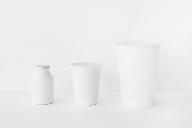 Tres contenedores de deliciosas lácteos