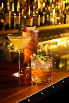 Tres copas de cóctel sirven en la mesa de bar