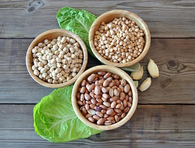Tres diferentes tipos de verduras en un tazón de madera