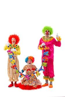 Tres divertidos payasos juguetones sosteniendo