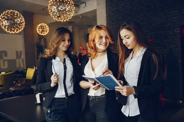 Tres empresarias en un cafe