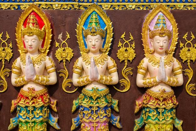 Tres estatuas de hadas