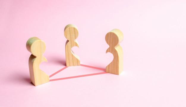 Tres figuras de personas con huecos dentro del cuerpo.
