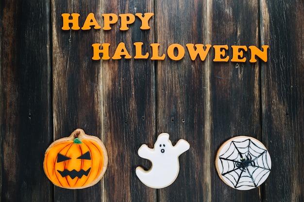 Tres galleta de halloween y el subtítulo feliz de halloween