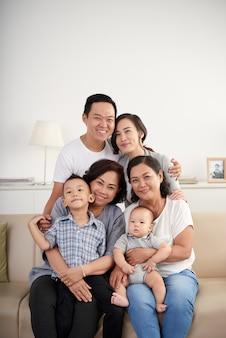 Tres generaciones de familia asiática