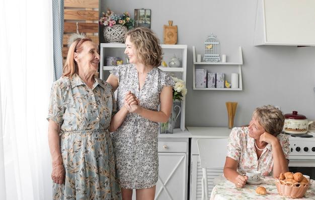 Tres generaciones mujeres en la cocina.