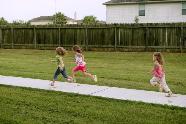 Tres hermanas hermanas jugando corriendo en el parque