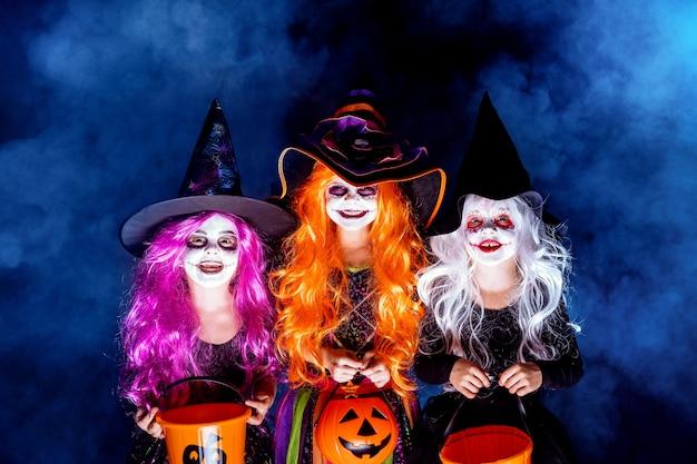 Tres hermosa niña en un traje de bruja