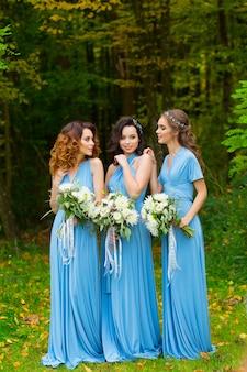 Tres hermosas damas de honor
