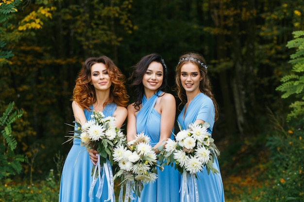 Tres hermosas damas de honor