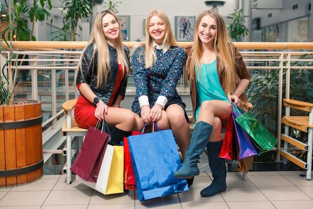 Tres hermosas mujeres con bolsas de compras