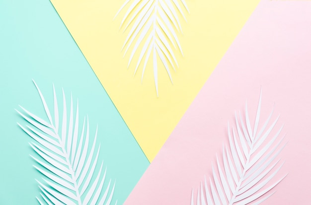 Tres hojas de palma de papel en la mesa